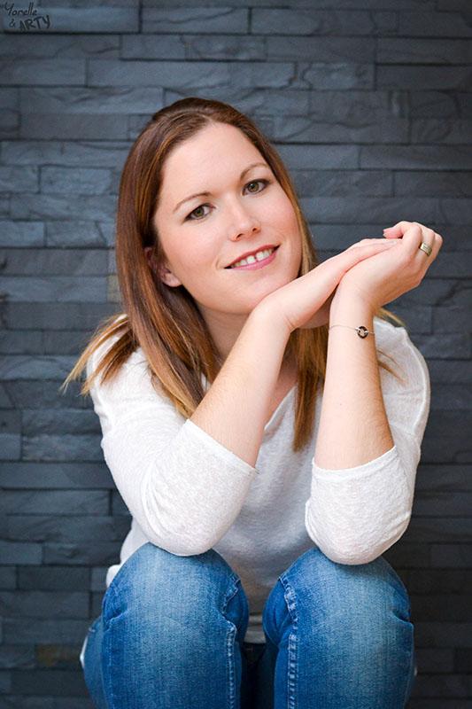 Photo femme devant mur en ardoise