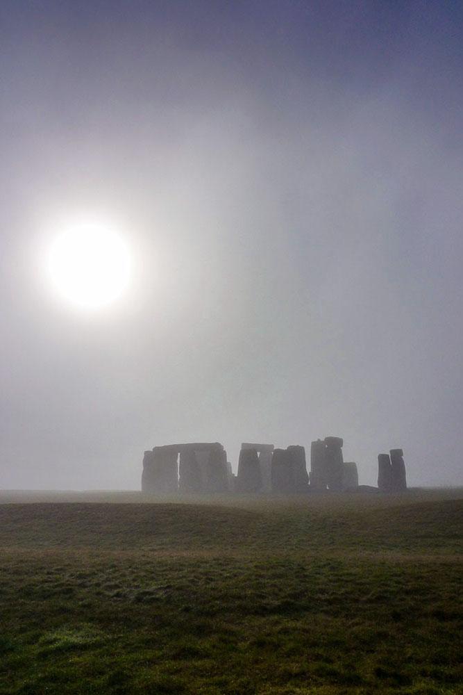 Photo de Stonehenge dans le brouillard